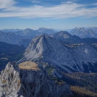 Natur vor der Ankunft des Menschen: Ebenstein-Ausblick nach Westen auf Brandstein, Gesäuseberge und – ganz hinten – Dachstein