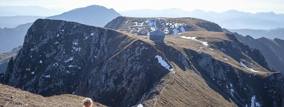 Immobilie mit unverbaubarem Panorama: die Reichensteinhütte, in Spaziergangsentfernung unter dem Gipfel des Reichenstein