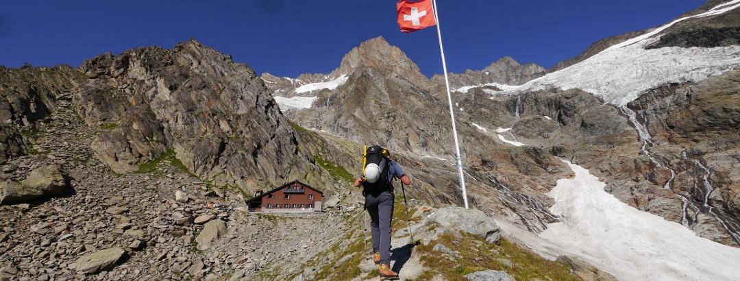 Auf dem Weg zur Schreckhornhütte, hoch darüber das Schreckhorn