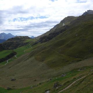 Warmlaufen - der Fahrweg von Grevaselvas (links) nach Blaunca, der unmarkierte Steig führt dann durch die Grashänge rechts hinauf