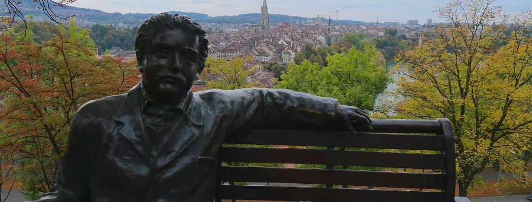 Aussichtsbank mit Einstein im Rosengarten in Bern