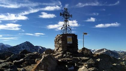 Gipfelkreuz mit Gipfelbuch auf dem Augstbordhorn.