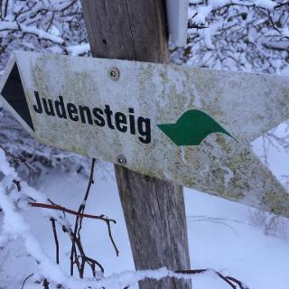 Schild am Einstieg zum Judensteig