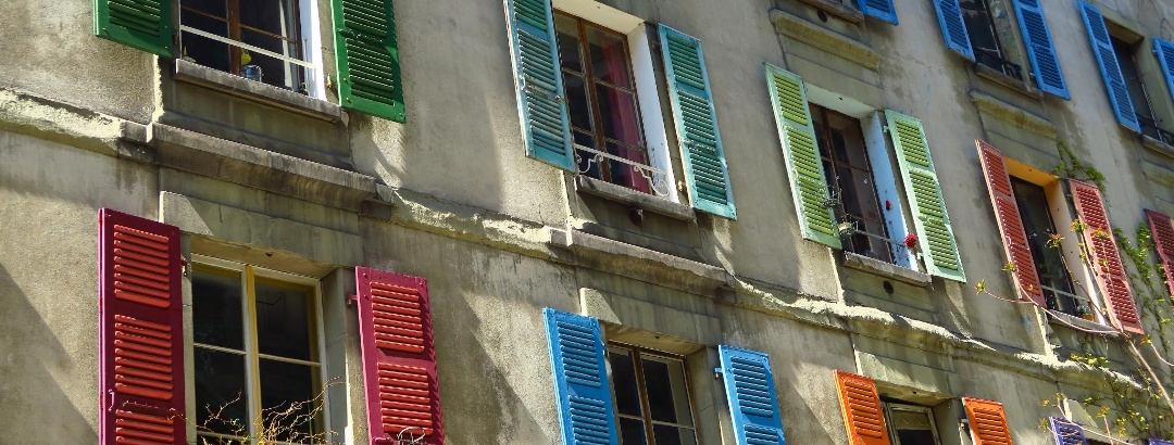 Bunte Fensterläden in der Altstadt.