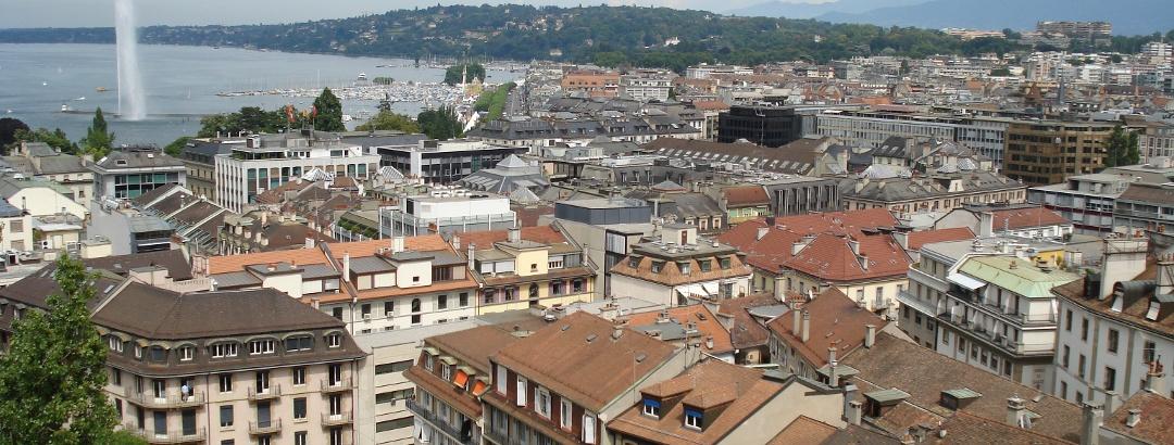 Altstadt von Genf mit dem Jet d'eau im Hintergrund