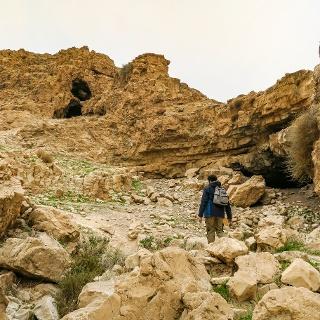 Höhlen in den Felswänden beim Nahal Rahaf
