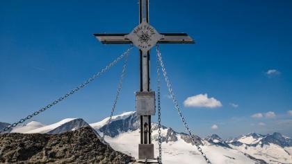 Gipfelkreuz mit Großvenediger im Hintergrund