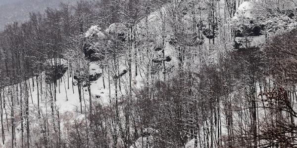 Skaly na západnej strane trasy Thirring-körút z rozhľadne Rezső-kilátó. Oficiálne sú skaly označené akoThirringove skaly iba na východnej strane trasy.