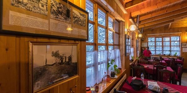 Die Wand des Restaurants ist mit Grafiken dekoriert,die von alten Touristenhäusern gemacht wurden