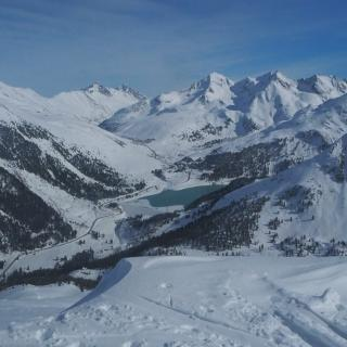 Blick vom Schafzöllen Wintergipfel Richtung O ins Skigebiet und Ort Kühtai