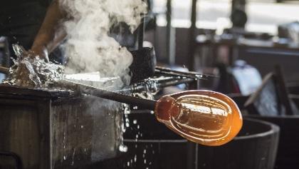 Bis zum fertigen Gefäß durchläuft das Glas in einer Glasbläserei mehrere Arbeitsprozesse