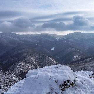 Téli Börzsöny a havas sziklataréjról