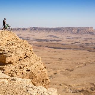 Mountainbiken über dem Makhtesh Ramon
