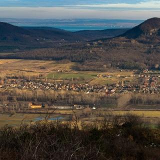 Kilátás a Szent György-hegy tetejéről, balra a Tóti-hegy, jobbra a Gulács