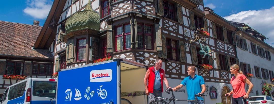 Auch ein Gepäcketransport für unterwegs ist möglich. Hier in Gottlieben.