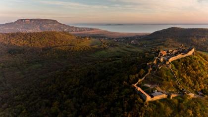Die Burg von Szigliget aus Vogelperspektive. Im Hintergrund sind Badacsony und der Fonyódi-Berg am anderen Ufer des Balatons