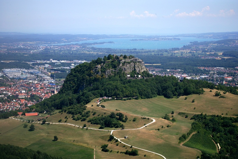 Blick über den Hohentwiel und die Stadt Singen zum Bodensee