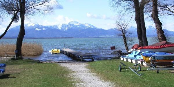 Blick von einem Campingplatz auf den Gardasee