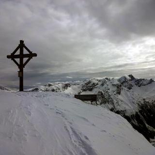 Gemütlicher Gipfel mit Blick auf die Tribulaune