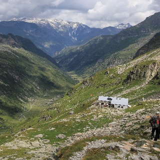 Blick aufs Val Carassino und die Capanna Adula UTOE.