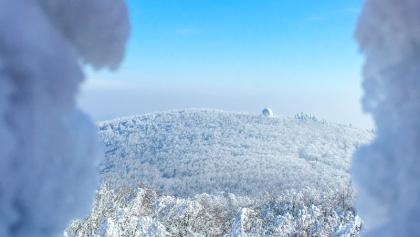Blick von der Matras-Warte des ÖTK auf das Leopold-Figl-Observatorium am Mitterschöpfl