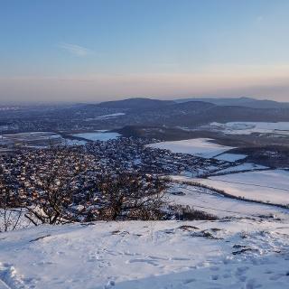 Lefelé a Nagy-Kevély oldalában, szemben a Hármashatár-hegy és a János-hegy