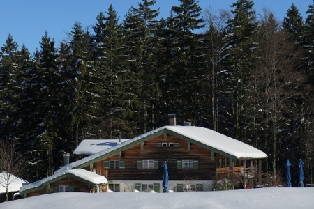 Verschneite Frasdorfer Hütte im Winter