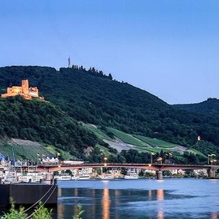 Die neu-restaurierte Burg Landshut über der Mosel bei Bernkasetel-Kues
