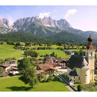 Drehort Going - Dorfplatz Going mit dem Gasthof Wilder Kaiser und Kirche