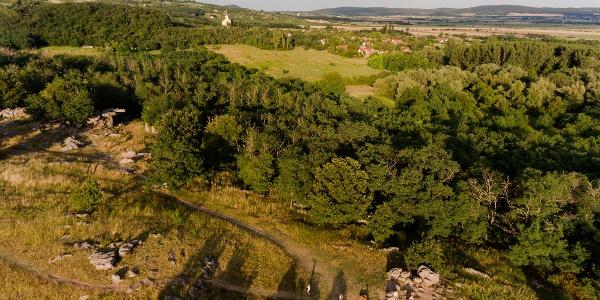 A szentbékkállai kőtenger magasból. A bal oldalon, a fák árnyékába nyúlva a híres ingókő látható