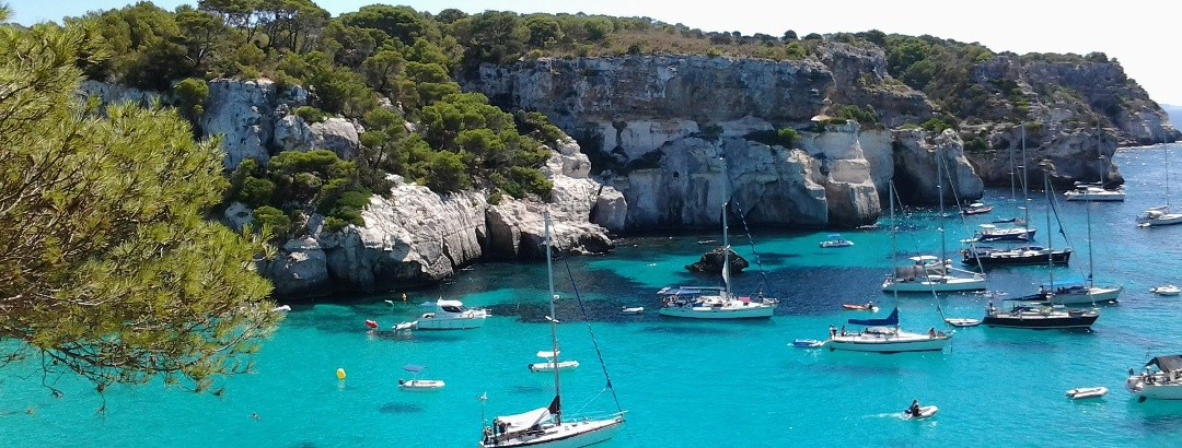Bucht mit türkisblauem Wasser auf Menorca