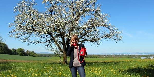 Madame Bluescht gibt am Bluescht-Telefon Auskunft über den aktuellen Stand der Obstbaumblüte.