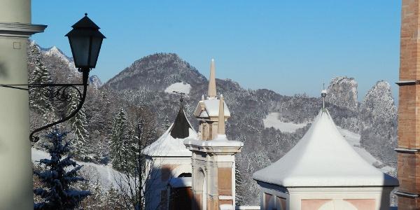 Vor der Wallfahrtskirche Bad Dürrnberg