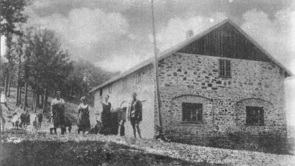 1920 brannte das aus Holz errichtete Schutzhaus ab. Ein Nachfolgebau aus Stein wurde 1923 wieder eröffnet.
