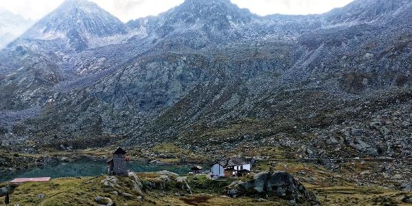Blick über die Rif. Gnutti zum Passo del Miller (Scharte ganz links)