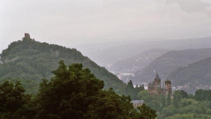 Die Burgruine und das Schloss Drachenburg auf dem Drachenfels