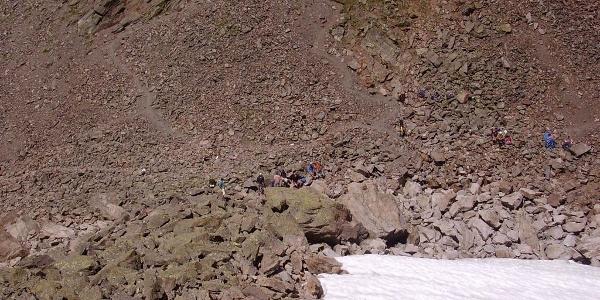 Schneefeld im August am Kuchenjoch, links im Bild die deutliche Pfadspur aus dem Fasultal herauf