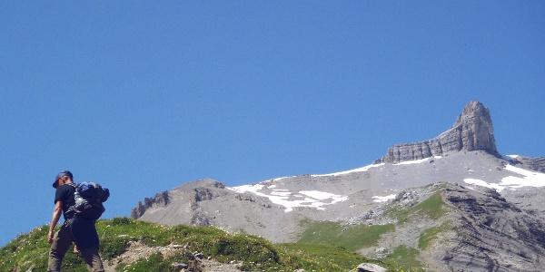 Randonneur montant vers le Col de Fenestral
