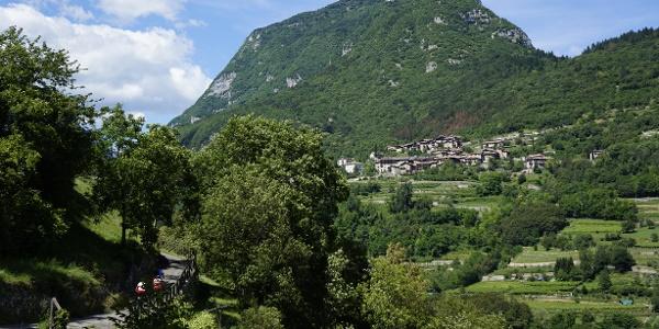 La vecchia strada verso Pranzo, sullo sfondo il Monte Misone e Canale di Tenno