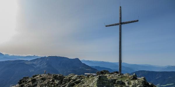 Das schlichte Gipfelkreuz der Leiterspitze