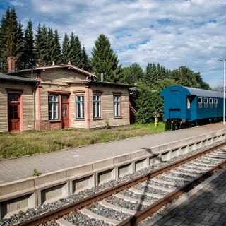 Bahnhof Geestenseth und Ozeanblauer Zug