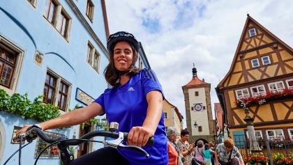 Radfahrerin in Rothenburg