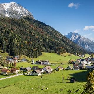 Das Bergsteigerdorf Zell Pfarre mit Blick nach Osten - mit Freiberg und Hochobir