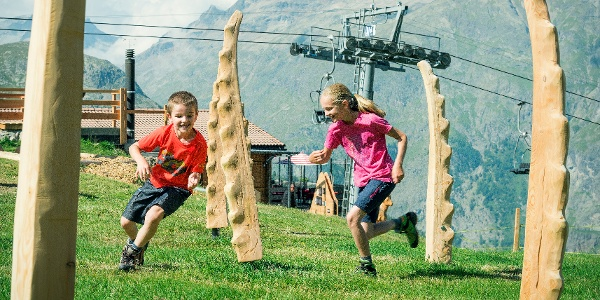 Nur wenige Meter von der Alp Languard entfernt, können sich junge Kletterkünstler auf dem springlebendigen Steinbock-Spielplatz austoben.