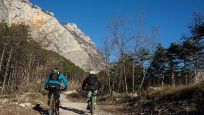 Passage der Route mit der Felswand des Monte Brento im Hintergrund