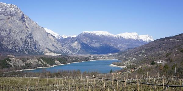 Der Cavedine See, im März, mit der schneebedeckten Paganella im Hintergrund