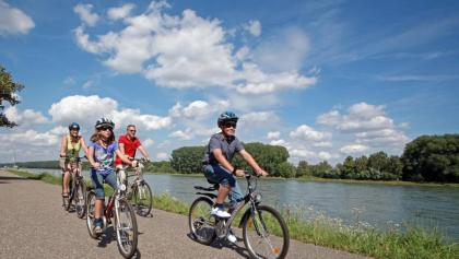Die Tour führt auch am Rhein entlang.