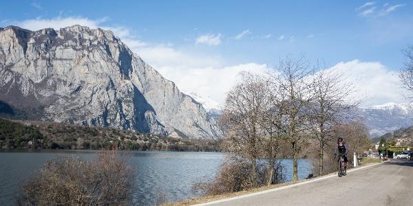 La strada che costeggia il Lago di Cavedine