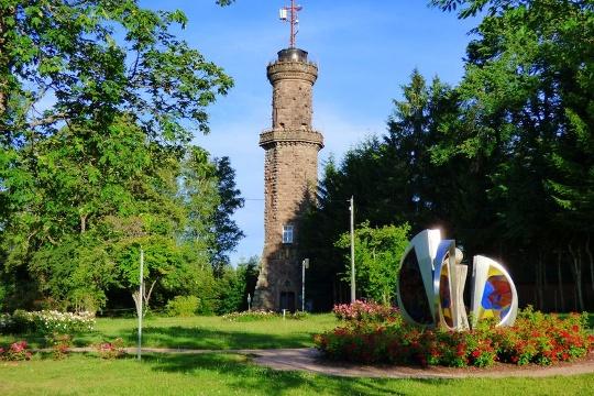 Friedrichsturm mit Duftrosenpark und Glasskulptur