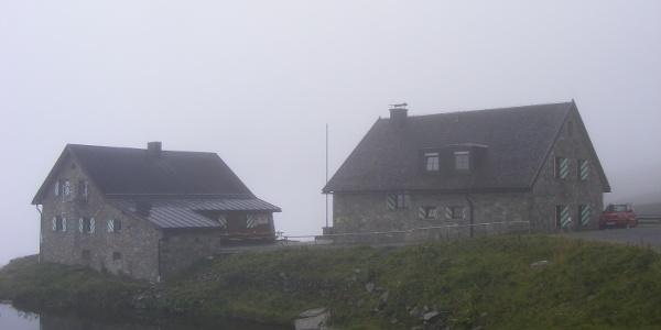 die Friedrichshafener Hütte im Nebel